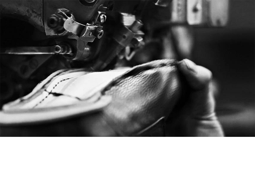 닥터마틴(DR.MARTENS) 렉싱턴 8홀 블랙 24144001